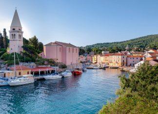 Hafeneinfahrt in die idyllische Ortschaft Veli Lošinj im Süden der Insel Lošinj, Kroatien - © Pablo Debat / Shutterstock