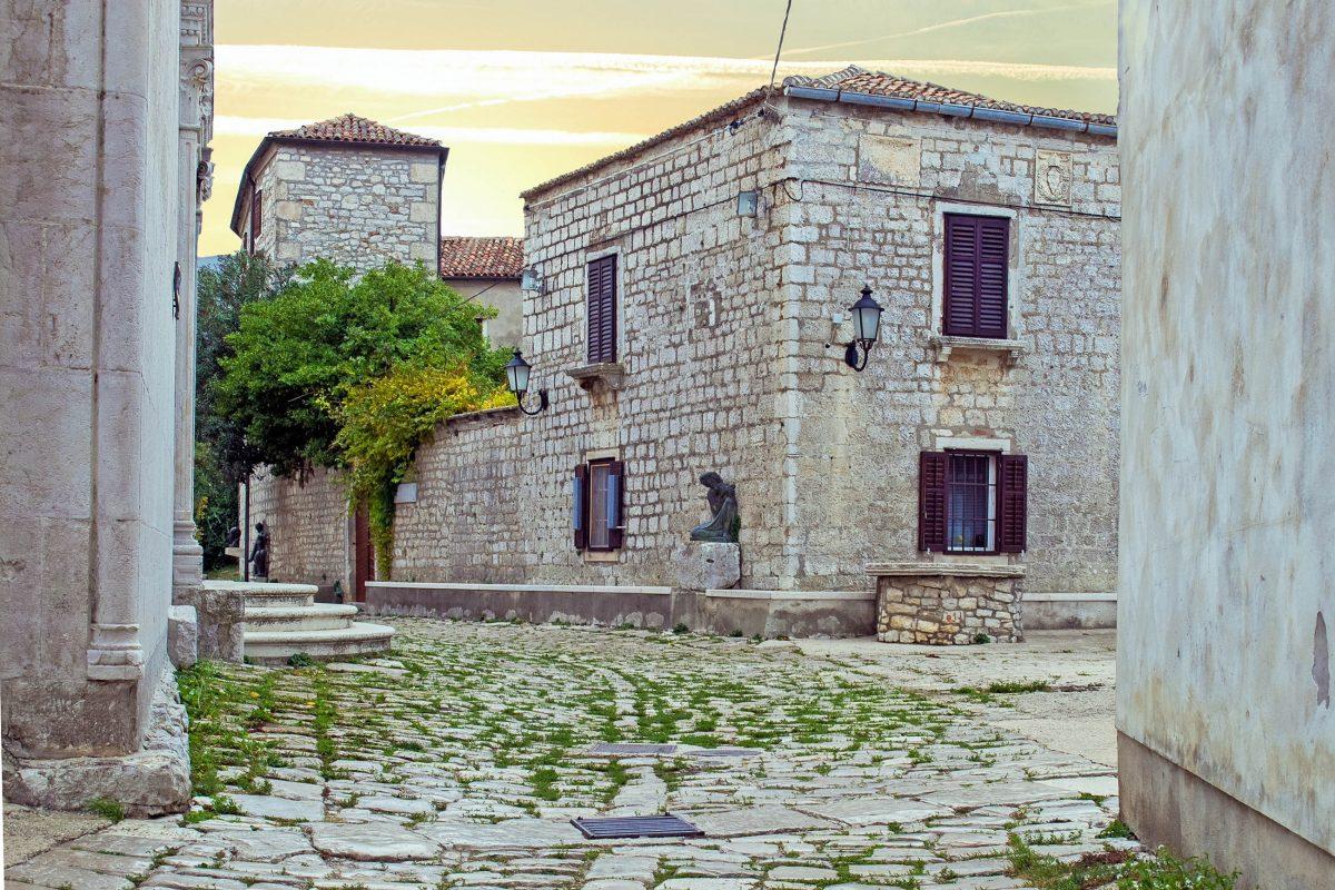 Historische Baudenkmäler in Osor auf der Insel Cres zeugen bis heute von der Architektur der vergangenen Jahrhunderte bis ins Altertum, Kroatien - © Sinisa Botas / Shutterstock