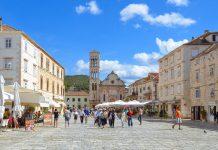 Der langgestreckte Trg Sveti Stjepana (Stefansplatz) zwischen Arsenal und Loggia ist mit einer Fläche von 4.500m2 der größte Stadtplatz in ganz Dalmatien, Hvar, Kroatien - © FRASHO / franks-travelbox