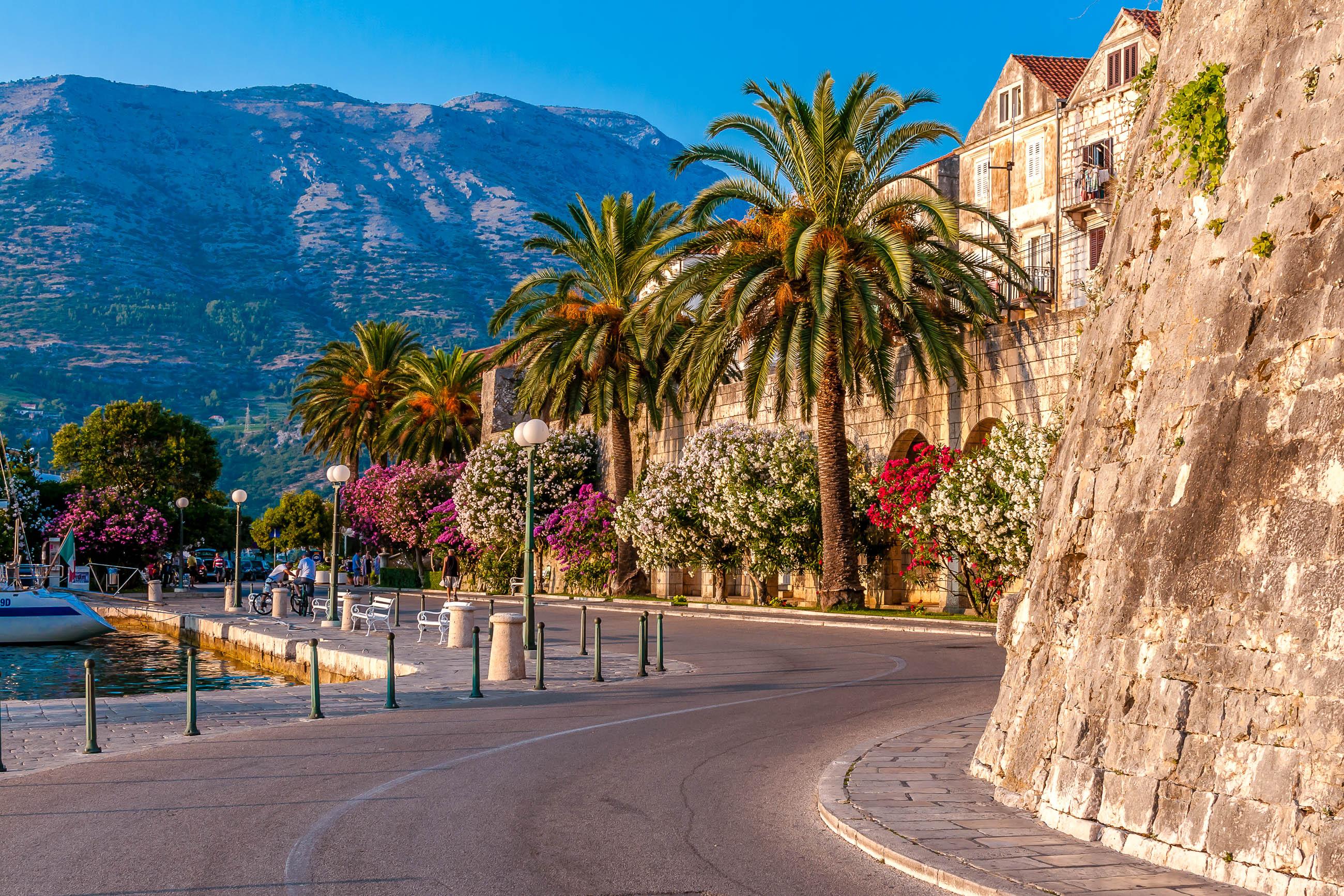 Ihre tausendjährige Inselgeschichte und die idyllische Landschaft machen Korcula seit über 100 Jahren zu einer der beliebtesten Urlaubsinseln von Kroatien - © RnDmS / Shutterstock