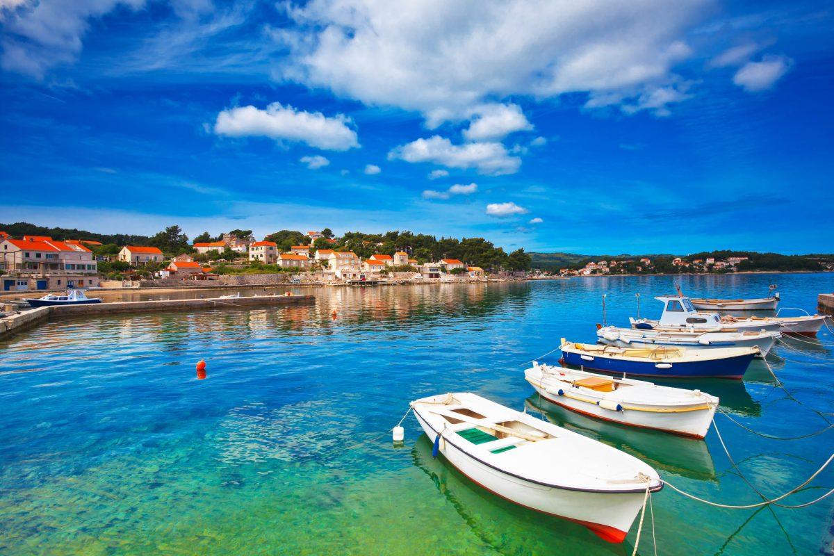 Im weitläufigen Hafen von Lumbarda auf Korcula ankern neben Fischkuttern und Ruderbooten auch schnittige Yachten und Segelschiffe, Kroatien - © Phant / Shutterstock