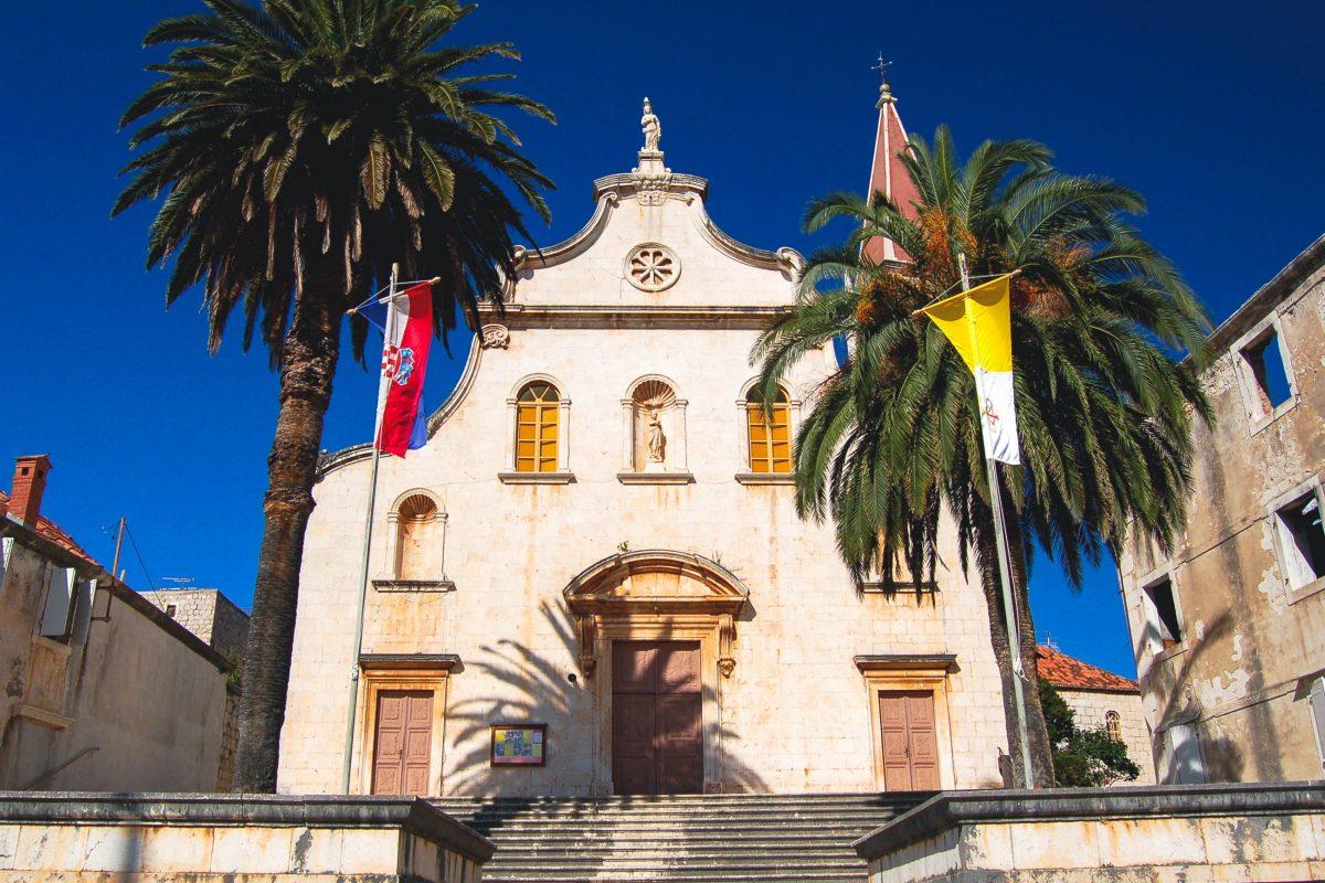 Im Zentrum von Milna wacht die barocke Pfarrkirche über die typisch dalmatinischen Häuser der Insel Brac, Kroatien - © Darios / Shutterstock