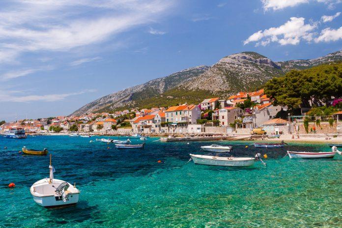 In den zahlreichen Restaurants an der Hafenpromenade von Bol auf Brac genießen Gourmets die dalmatinische Küche, Kroatien - © Lev Levin / Shutterstock