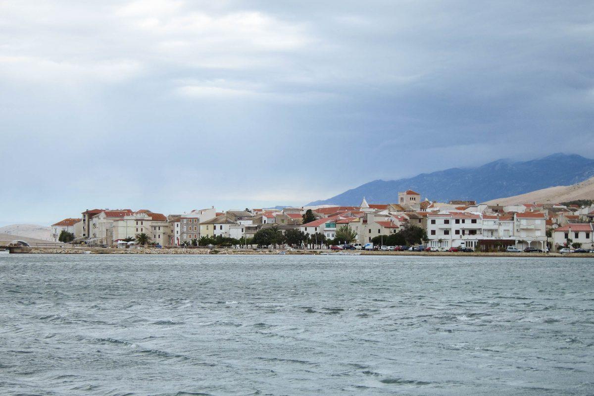 In Pag-Stadt gibt es keine großartigen Baudenkmäler zu bewundern; die Häuser aus hellem Kalkstein sind eher schlicht gehalten, Pag, Kroatien - © FRASHO / franks-travelbox