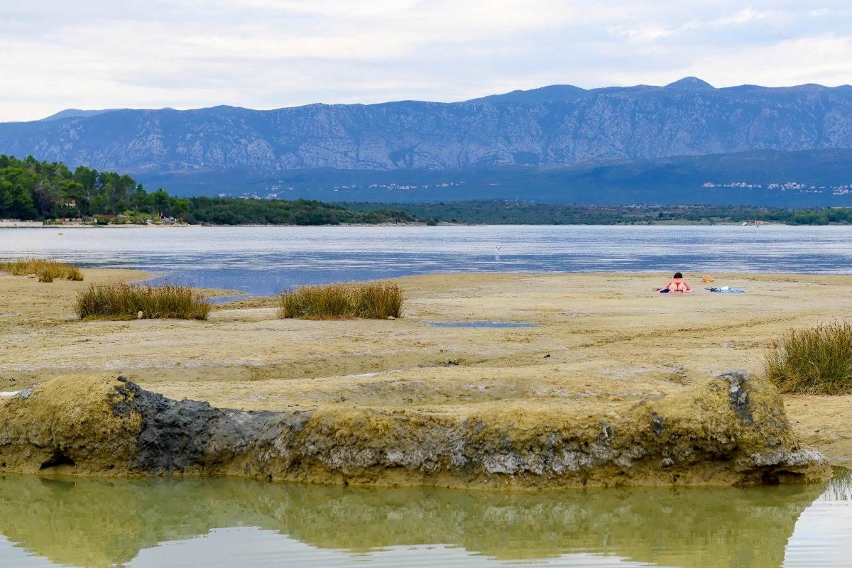 Inmitten der Heilschlamm-Pfützen in der Soline-Bucht von Krk lässt es sich herrlich entspannen, Kroatien - © James Camel / franks-travelbox