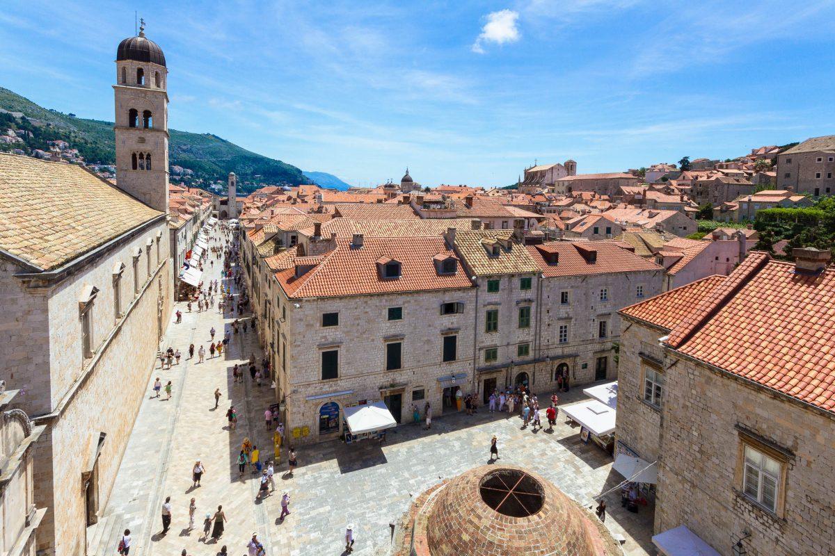 Innerhalb der Stadtmauern von Dubrovnik liegt ein sehenswerter Mix aus historischen Bauwerken aller Perioden der Stadtgeschichte, Kroatien - © Jan Schuler / Fotolia