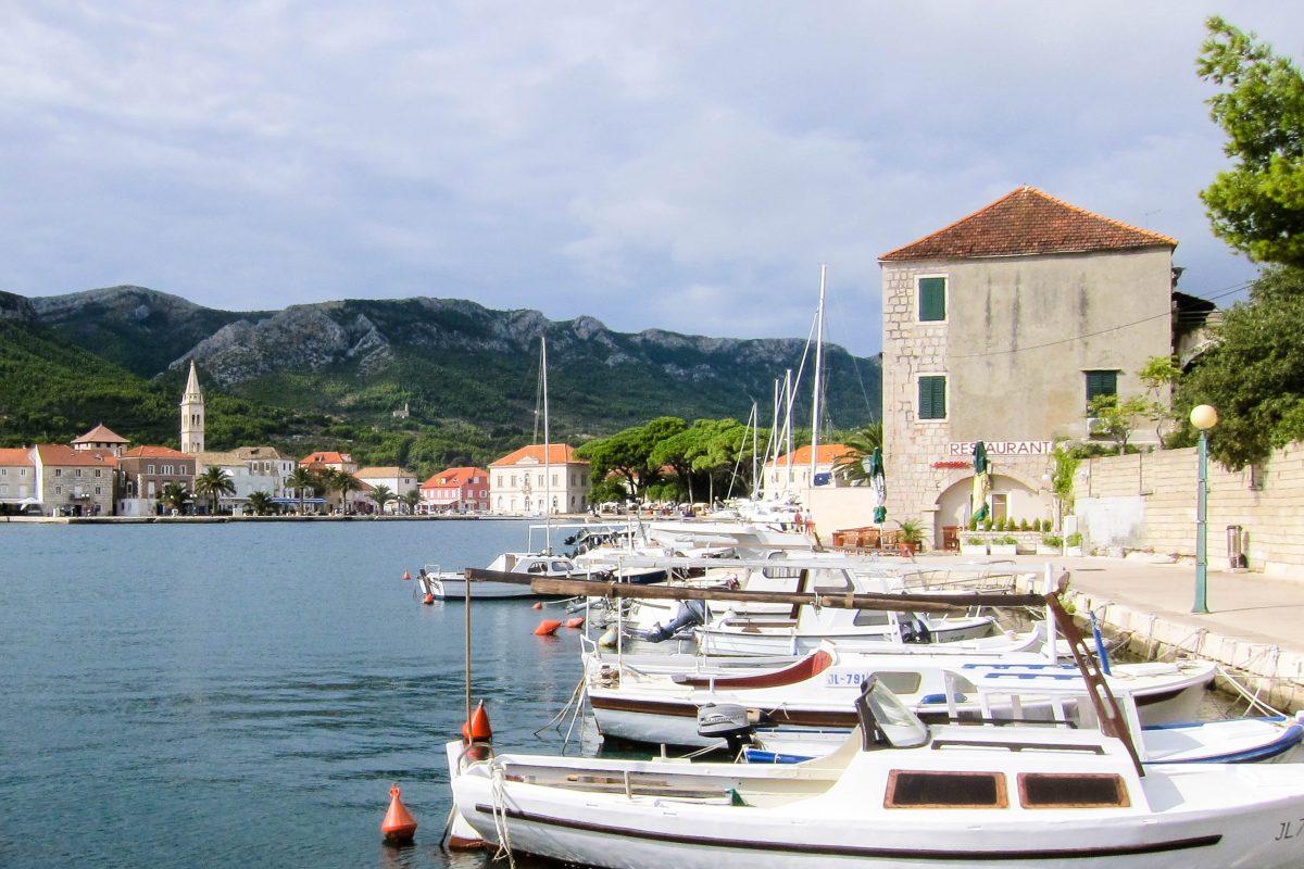 Die Hafenpromenade von der Ortschaft Jelsa eignet sich perfekt, um in einem der zahlreichen Lokale eine kurze Rast einzulegen, Insel Hvar, Kroatien - © FRASHO / franks-travelbox