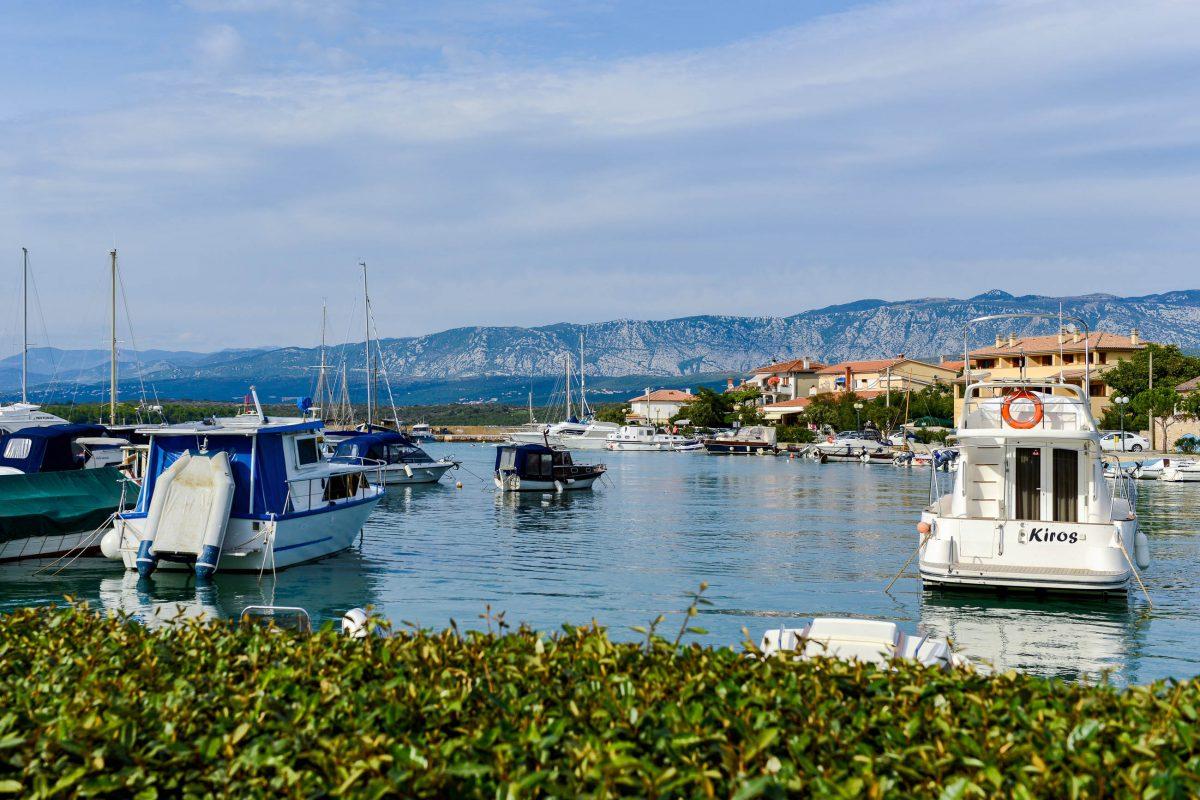 Klimno an der Soline-Bucht ist bis heute das Bootsbau-Zentrum von Krk, Kroatien, wie die schmucke Marina und einige neue Häuser bezeugen - © James Camel / franks-travelbox