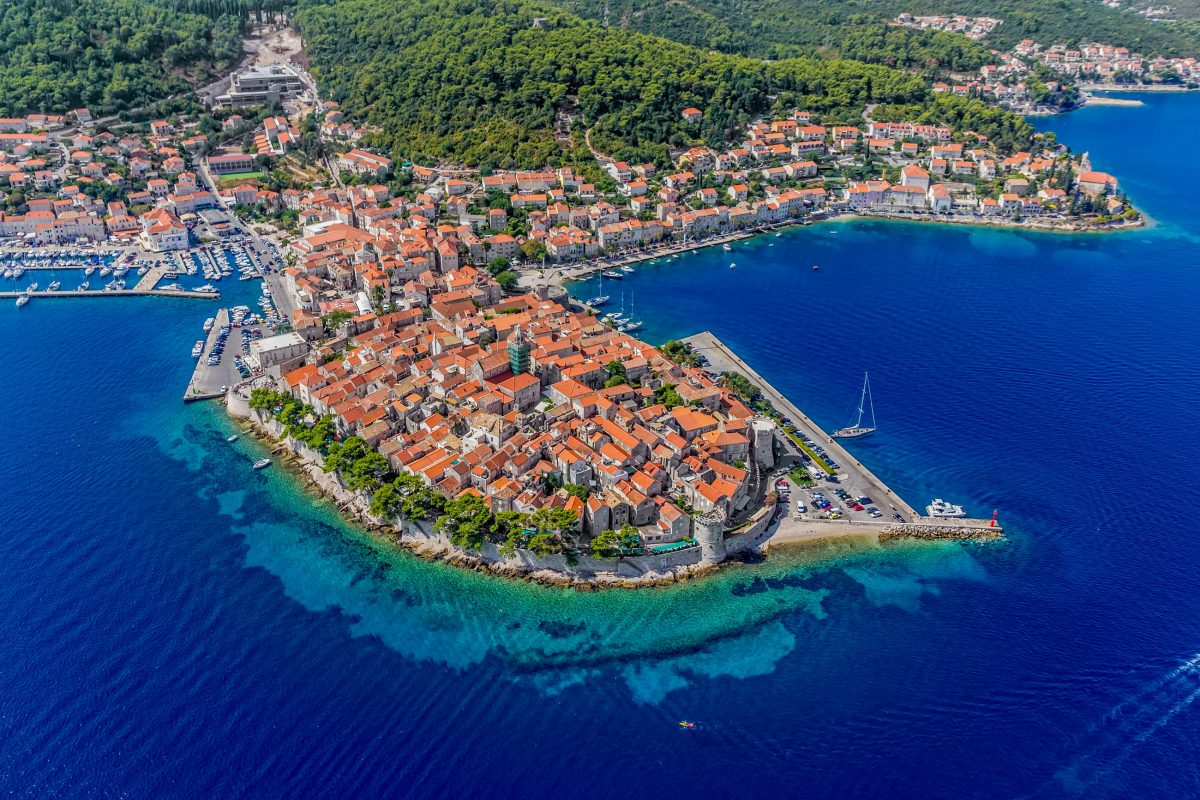 Korcula, der Hauport der gleichnamigen Insel vor der Küste Kroatiens, wird oft als schönste Stadt Mitteldalmatiens bezeichnet - © OPIS Zagreb / Shutterstock