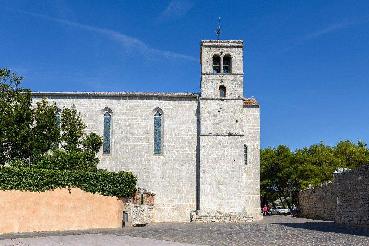 Auf der nördlichen Seite des Klosterviertels von Krk Stadt thront das Franziskanerkloster mit der Kirche des Hl. Franz von Assisi, Kroatien - © James Camel / franks-travelbox
