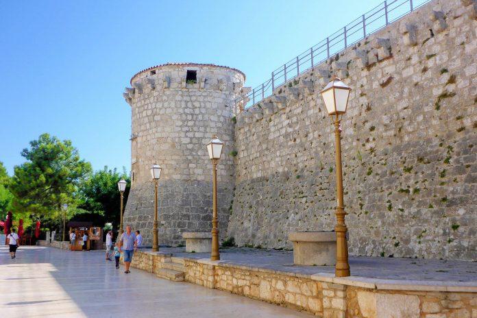 Das Kastell von Krk Stadt geht auf das 12. Jahrhundert zurück und vermittelt noch heute die Atmosphäre einer befestigten mittelalterlichen Stadt, Kroatien - © James Camel / franks-travelbox