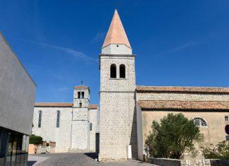 Das Klosterviertel auf dem Hügel von Krk Stadt wird von der St. Michaels-Kirche, dem Franziskanerkloster und einem modernen Komplex eingerahmt, Kroatien - © James Camel / franks-travelbox