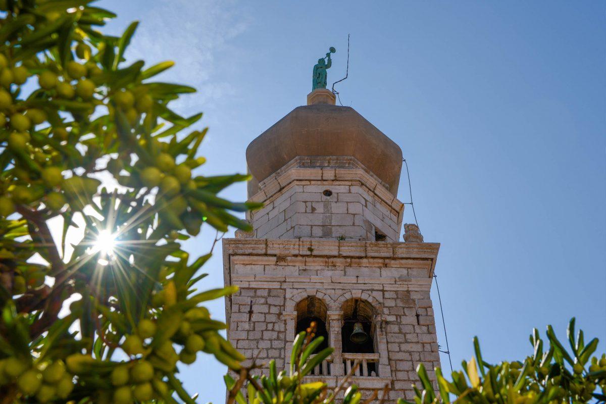 Der Glockenturm der mittelalterlichen Marienbasilika stammt aus dem 17. Jahrhundert und ist weithin sichtbar, Kroatien - © James Camel / franks-travelbox