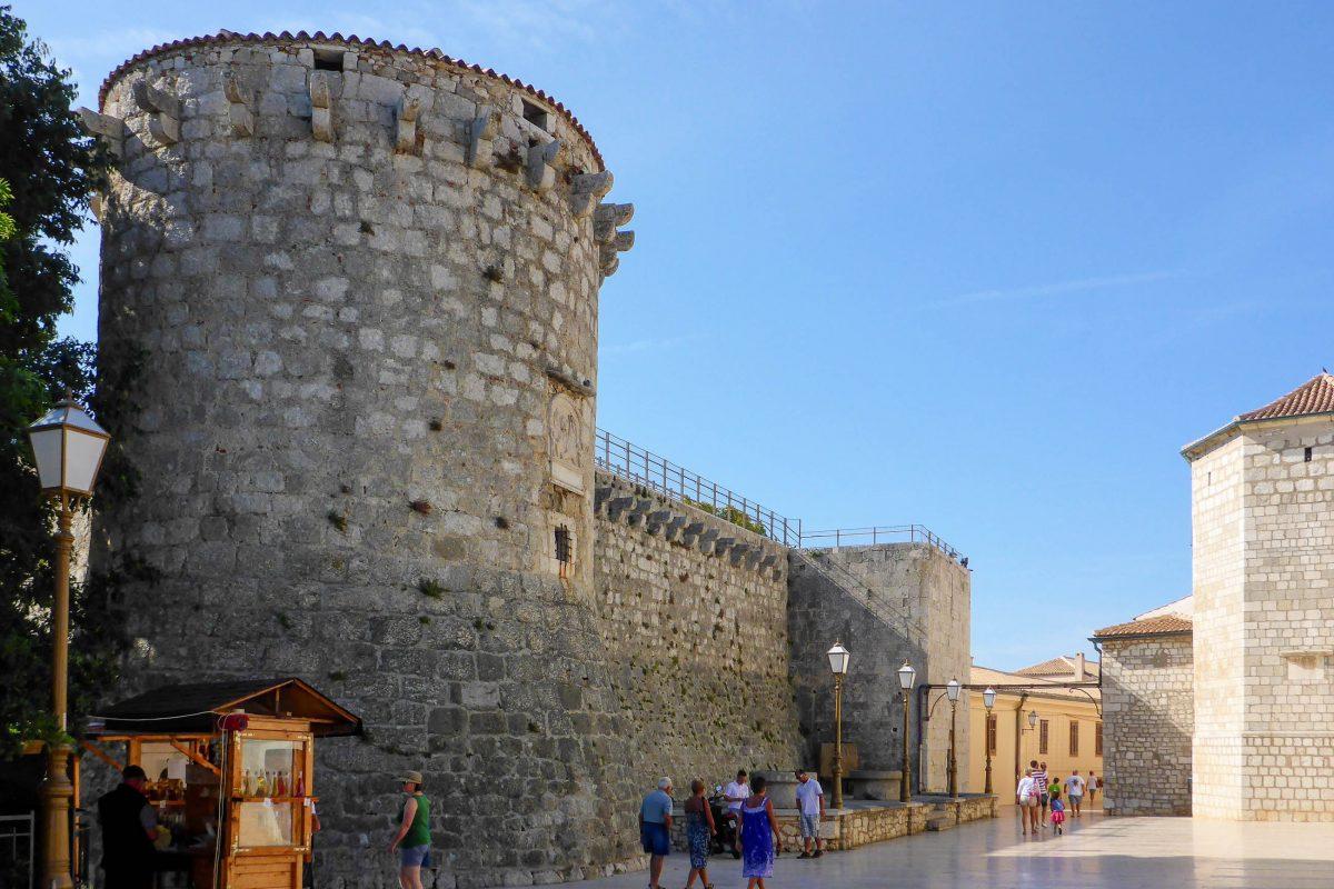 Der venezianische Turm in der nordöstlichen Ecke des Kastells von Krk Stadt ist der einzige Rundturm der Festung, Kroatien - © James Camel / franks-travelbox