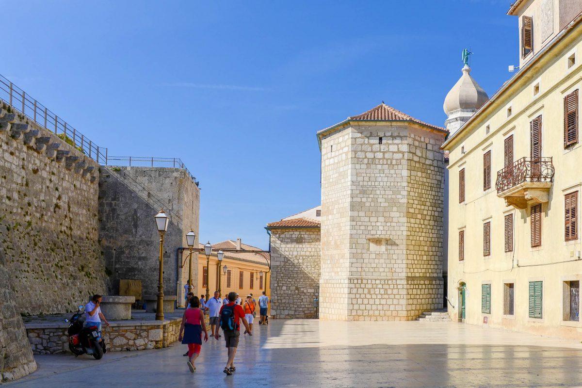 Der viereckige Frankopaner-Turm des Kastells ist der älteste Teil der historischen Stadtbefestigung von Krk Stadt, Kroatien - © James Camel / franks-travelbox