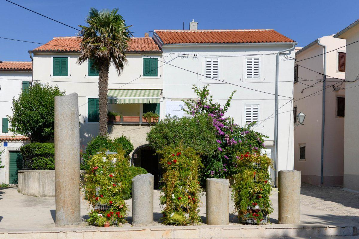 Die kleine Inselhauptstadt von Krk ist voller historischer Monumente und bemüht sich, Touristen für ihr kulturelles Erbe zu begeistern, Kroatien - © James Camel / franks-travelbox