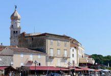 Krk Stadt lädt mit ihrer historischen Altstadt, der traumhaften Küste und unzähligen idyllischen Plätzchen zum Entdecken und Verweilen ein, Kroatien - © James Camel / franks-travelbox