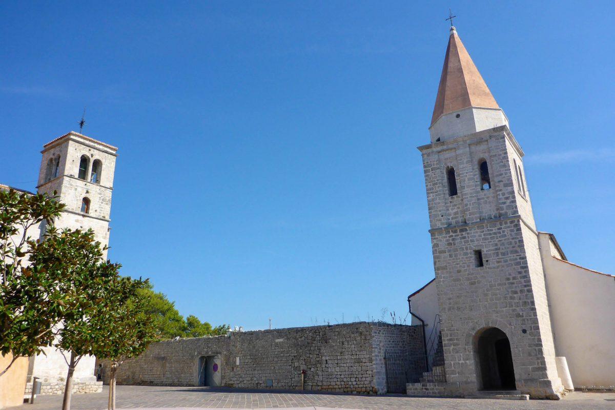 Mit ihrem spitzen Kirchturm fällt im Klosterviertel von Krk Stadt die romanische St. Michaels-Kirche als erstes auf, Kroatien - © Lila Pharao / franks-travelbox