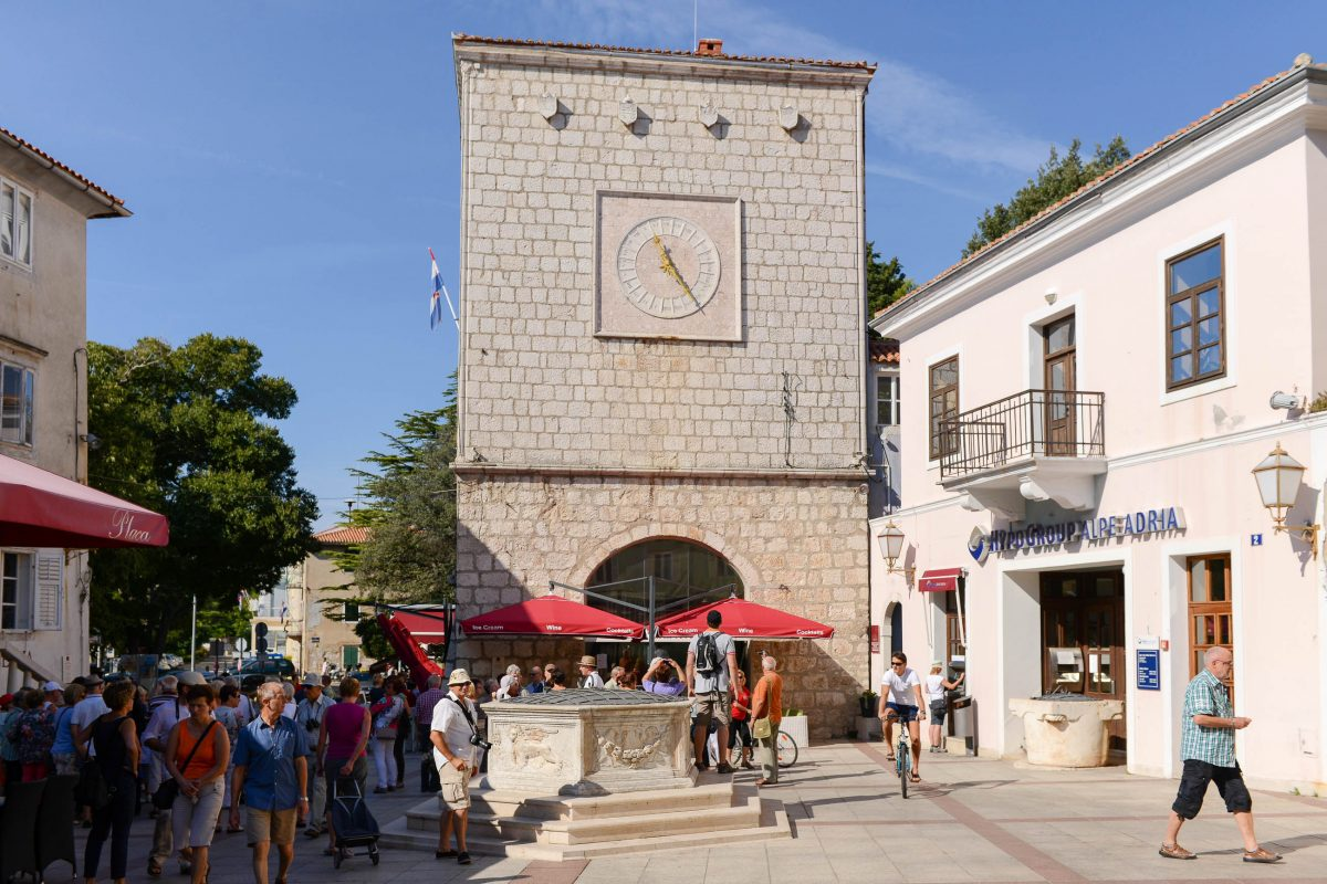 Neben Verwaltungsgebäuden sind am Placa Vela in Krk Stadt auch zahlreiche Cafés und jede Menge Touristen zu finden, Kroatien - © James Camel / franks-travelbox
