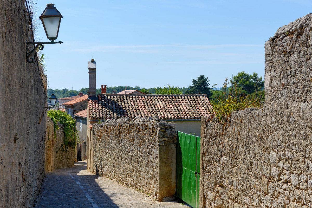 Von der St. Michaels-Kirche führt die grob gepflasterte Ulica Jurja Križanića wieder hinunter in die Altstadt von Krk Stadt, Kroatien - © James Camel / franks-travelbox