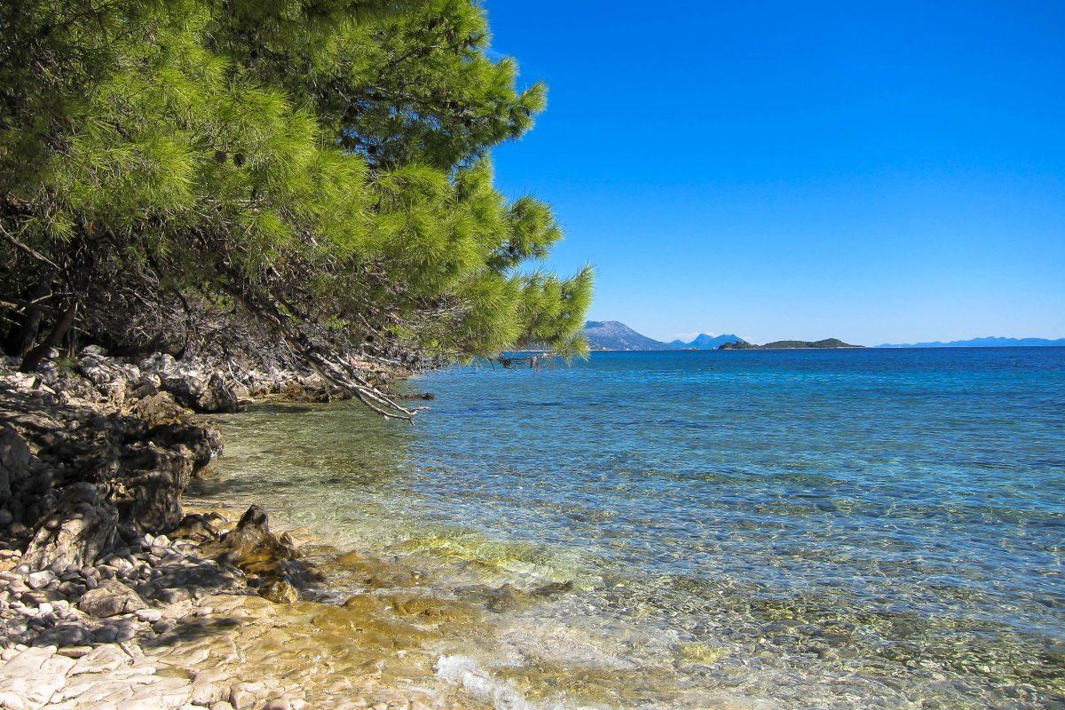 Küstenabschnitt im Süden der Halbinsel Pelješac beim Ferienort Orebić - das Wasser ist glasklar, Kroatien - © FRASHO / franks-travelbox