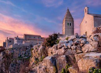 Lubenice gilt ohne Hotels und Restaurants, dafür aber mit friedlicher Idylle und herrlicher Aussicht als absoluter Geheimtipp auf der Insel Cres, Kroatien - © Sinisa Botas / Shutterstock