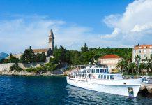 Lumbarda an der Ostküste von Korcula verfügt über einen der schönsten Sandstrände Kroatiens und lockt mit köstlicher kroatischer Inselküche - © Julia Remezova / Shutterstock