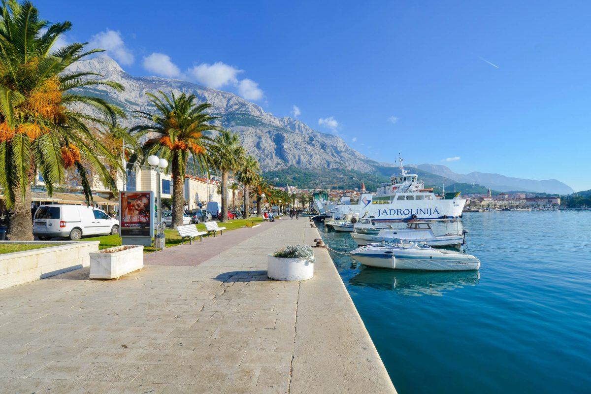 In Makarska kann man sowohl am Strand relaxen, als auch in diversen Clubs und Strandbars die Nacht durchmachen, Kroatien - © FRASHO / franks-travelbox