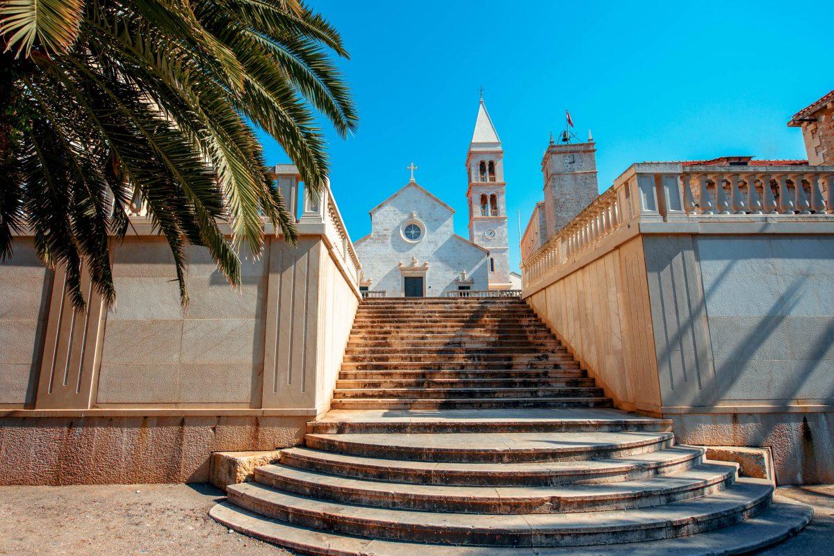 Malerische Strände und eine kulturhistorisch reiche Altstadt machen Supetar zu einem lohnenden Ferienziel auf Brac, Kroatien - © RossHelen / Shutterstock