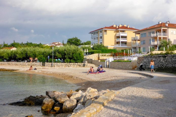 Der malerische Badeort Malinska im Westen von Krk ist das ideale Plätzchen für einen entspannten Kroatien-Urlaub - © Lila Pharao / franks-travelbox