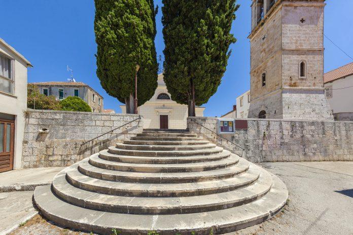 Markantestes Bauwerk von Vela Luka auf der Insel Korcula ist die Kirche St. Joseph, die das Stadtzentrum dominiert, Kroatien - © Cortyn / Shutterstock