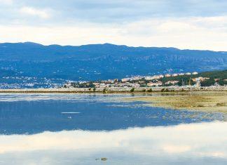 Mit den einzigen Heilschlamm-Vorkommen auf Krk und einigen netten Hafenstädtchen ist die Soline-Bucht einen Zwischenstopp wert, Kroatien - © James Camel / franks-travelbox