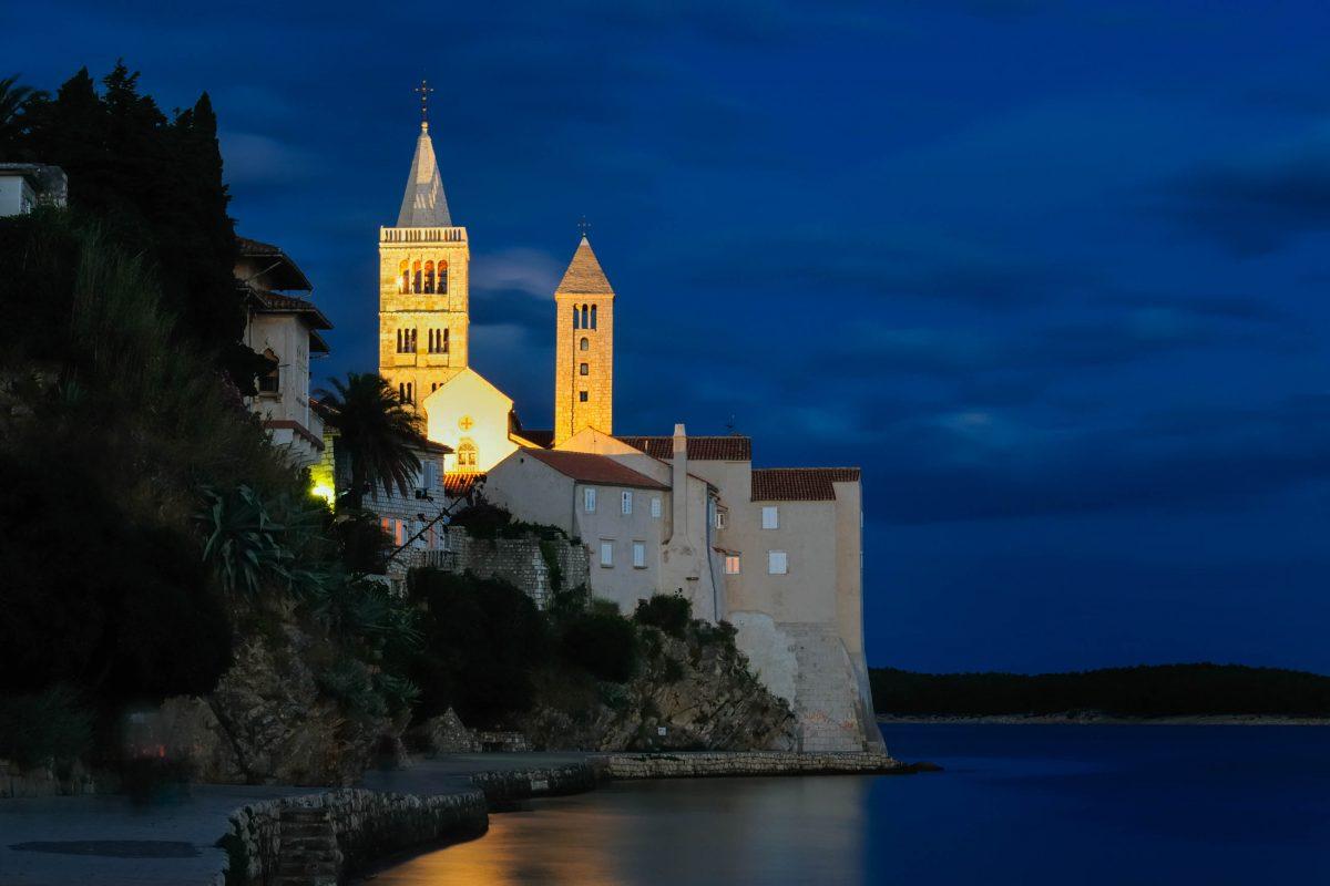 Nächtlicher Blick auf die berühmten Kirchtürme der Kirchen Sv. Andrija und Marija Velika an der Adriaküste von Rab Stadt, Kroatien - © Rafal Cichawa / Shutterstock