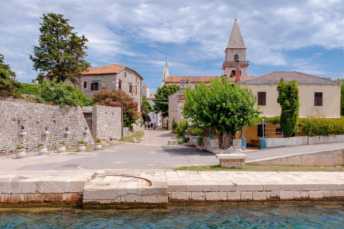 Neben der Renaissance-Kathedrale im Ortszentrum von Osor auf der Insel Cres sind auch eine kleine Galerie und ein Museum zu finden, Kroatien - © Pablo Debat / Shutterstock