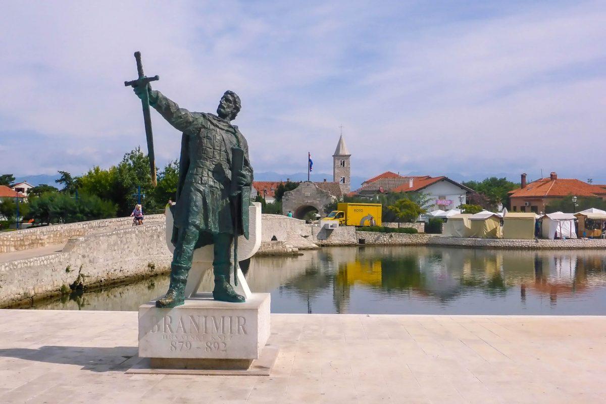 An der Brücke zum unteren Stadttor ins Zentrum von Nin, wird der Besucher von Branimir mit hoch erhobenem Schwert begrüßt, Kroatien - © James Camel / franks-travelbox