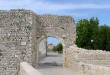 Das östliche Stadttor verbindet die Altstadt von Nin mit der Straße zu den Salzfeldern und dem Salzmuseum, Kroatien - © James Camel / franks-travelbox