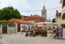 Der Trg Kraljevac bildet mit Restaurants und Ständen mit regionalen Köstlichkeiten so etwas wie das touristische Zentrum von Nin, Kroatien - © James Camel / franks-travelbox