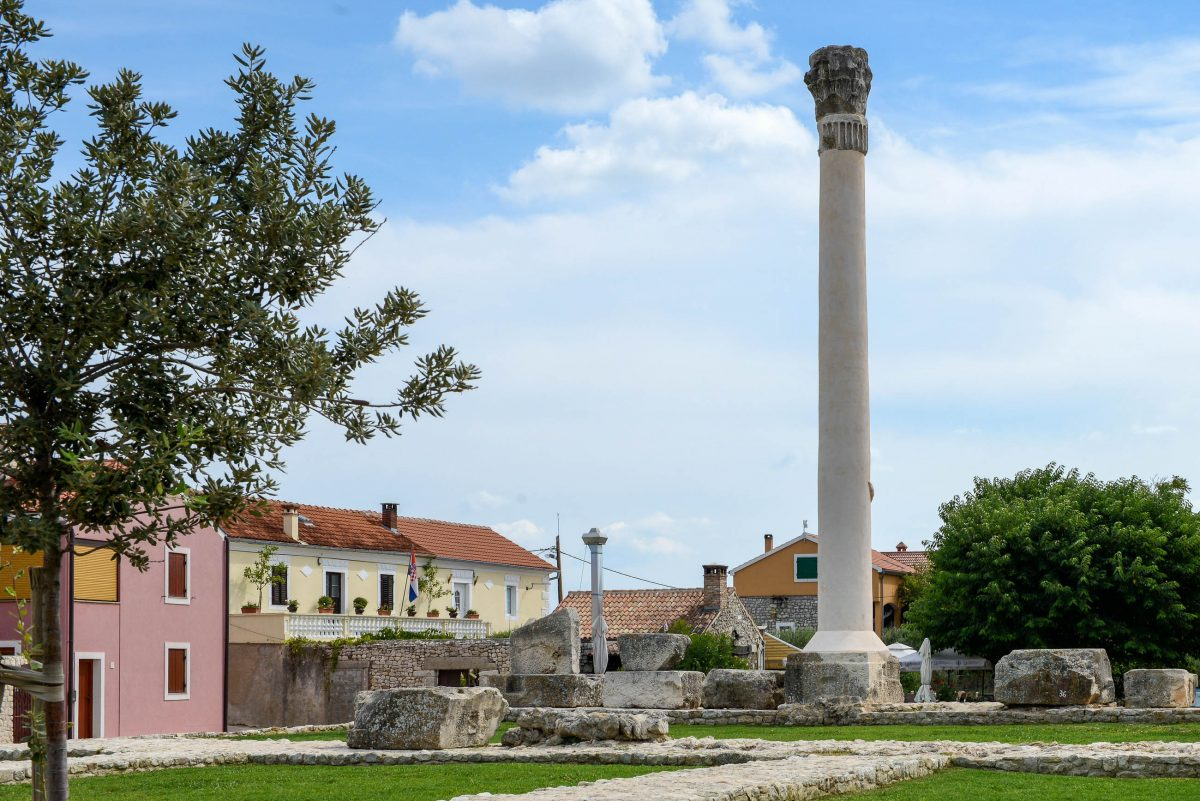 Die gewaltige Säule auf dem Ausgrabungsfeld von Nin, Kroatien, stützte einst den größten römischen Tempel von Dalmatien - © James Camel / franks-travelbox