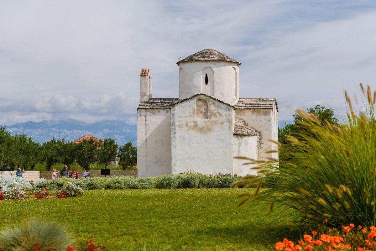 Die winzige Heilig-Kreuz-Kathedrale ist als ehemaliger Sitz des Bischofs von Nin die kleinste Kathedrale der Welt, Kroatien - © James Camel / franks-travelbox