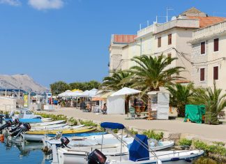 Die palmenbestandene Uferpromenade von Pag Stadt bietet eine große Auswahl an Cafés und Restaurants mit Blick auf den Hafen, Kroatien - © James Camel / franks-travelbox