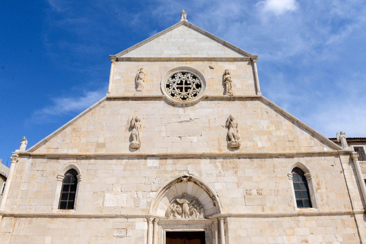 Mit der Renaissance-Rosette und den kunstvollen Heiligenfiguren ist das Gotteshaus das wohl schönste Gebäude von Pag Stadt, Kroatien - © James Camel / franks-travelbox