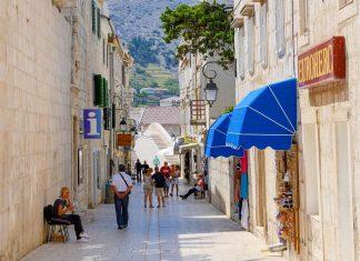 Pag Stadt, das wirtschaftliche und administrative Zentrum der kroatischen Insel Pag, bietet einen angenehme Mischung aus Betriebsamkeit und Gelassenheit - © James Camel / franks-travelbox