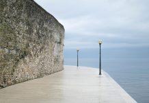 An der idyllischen Hafenpromenade von Poreč in Kroatien thronen noch Reste der historischen Stadtmauer - © FRASHO / franks-travelbox