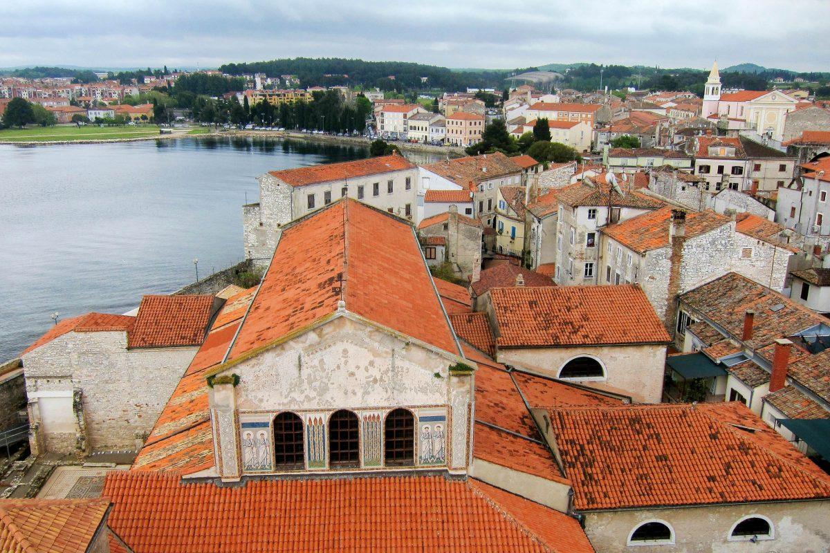 Blick vom Glockenturm der Euphrasius-Basilika in der Altstadt von Poreč auf die Adria, Kroatien - © FRASHO / franks-travelbox