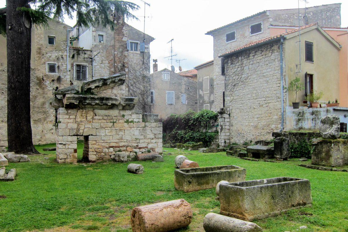 Das historische Römische Forum von Poreč, Kroatien, liegt am Ende des berühmten Decumanus, am Marafor trg. - © FRASHO / franks-travelbox