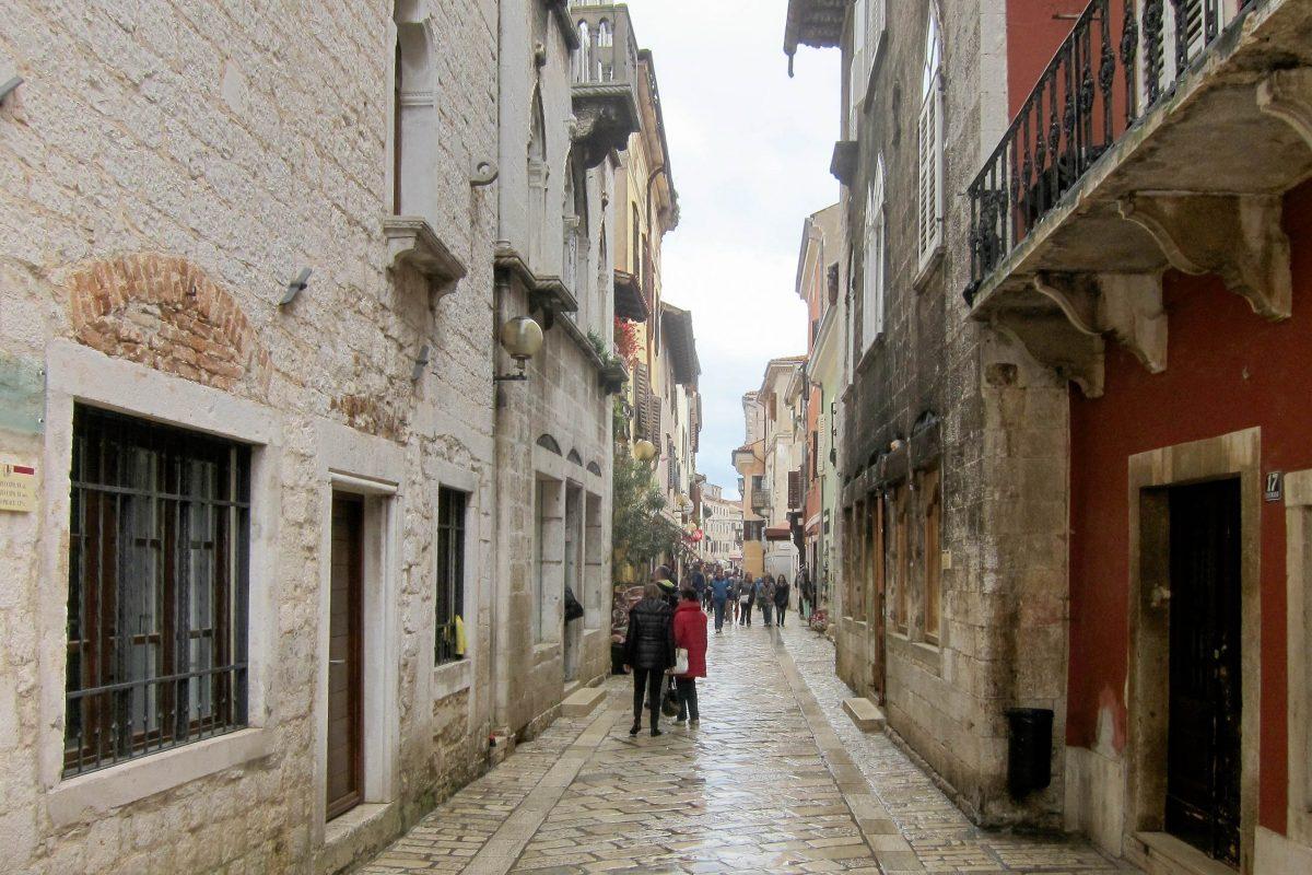 Der Decumanus, die Hauptstraße in der Altstadt von Poreč, Kroatien, ist an die 2.000 Jahre alt und von zahlreichen sehenswerten Bauten gesäumt - © FRASHO / franks-travelbox