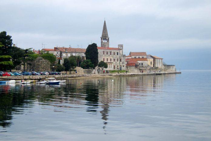 Die kleine Küstenstadt Poreč zählt zu den beliebtesten Urlaubsdestinationen in Kroatien und lockt mit gemütlichem Charme und eindrucksvollen Baudenkmälern - © FRASHO / franks-travelbox