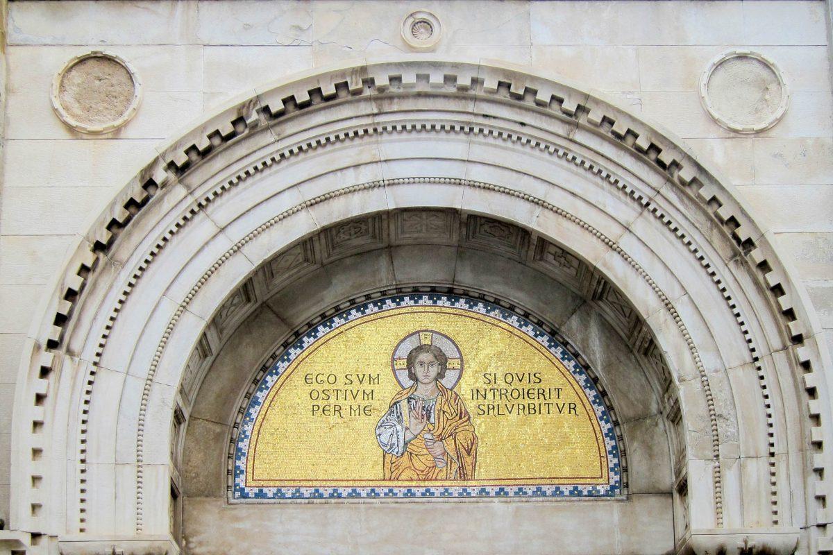 Über dem Eingangsportal der Euphrasius-Basilika in der Altstadt von Poreč thront gleich das erste kunstvolle Mosaik, Kroatien - © FRASHO / franks-travelbox