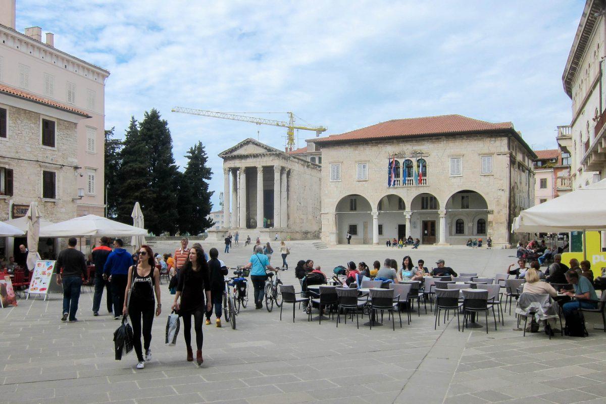 Das Römische Forum in Pula verströmt mit seinen zahlreichen antiken Bauten und einladenden Cafés ein ganz besonderes Ambiente, Kroatien - © FRASHO / franks-travelbox