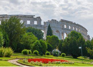 Das über zweitausend Jahre alte Amphitheater in Pula zählt zu den weltweit größten seiner Art, Kroatien - © James Camel / franks-travelbox